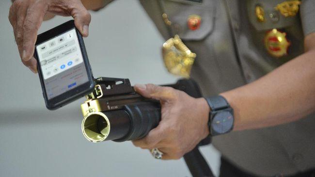 Kompolnas menilai kisruh impor senjata untuk Brimob tak lepas dari peraturan masing-masing instansi terkait persenjataan yang tidak pernah sinkron.