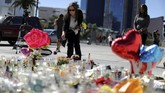 Daerah sekitar lokasi penembakan massal Las Vegas dipenuhi bunga dan lilin yang dibawa warga untuk menyatakan belasungkawa pada para korban.