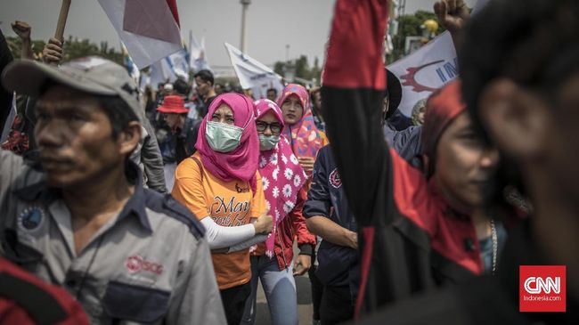Massa buruh berunjuk rasa dalam rangka memperingati Hari Upah Kerja Layak Sedunia di Depan Istana Negara, Jakarta, Sabtu. 7 Oktober 2017. Mereka menuntut pemerintah mencabut PP 78 Tahun 2015 tentang pengupahan, menolak upah murah dan naikan UMP/K tahun 2018 sebesar 50 persen, jalankan jaminan kesehatan gratis untuk seluruh rakyat, dan Stop PHK buruh. CNNIndonesia/Adhi Wicaksono.
