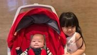 <p>Moonella, kata sang ibu, memang akrab dan sayang banget ke si adik, Bun. So sweet. (Foto: Instagram/babymoonella)</p>
