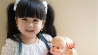 <p>Baik Moonella maupun bonekanya sama-sama nggemesin ya, Bun. (Foto: Instagram/babymoonella)</p>