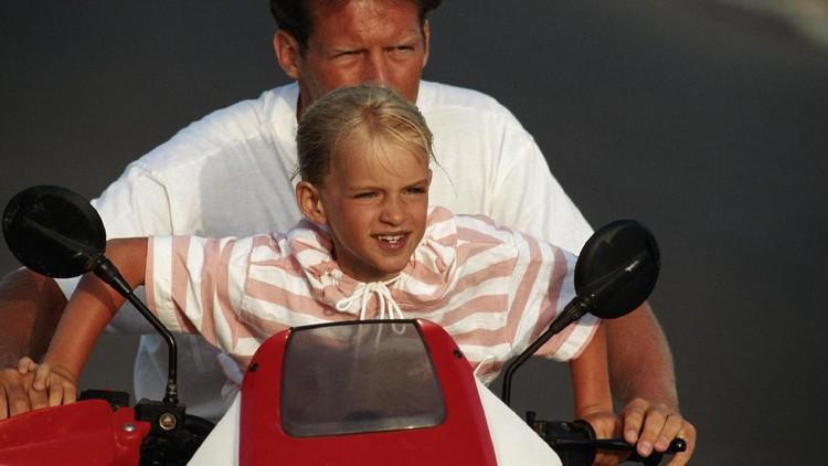 Kadang si kecil membonceng sepeda motor di depan atau berdiri di belakang. Saat itu, merasa bersalah atau biasa saja?