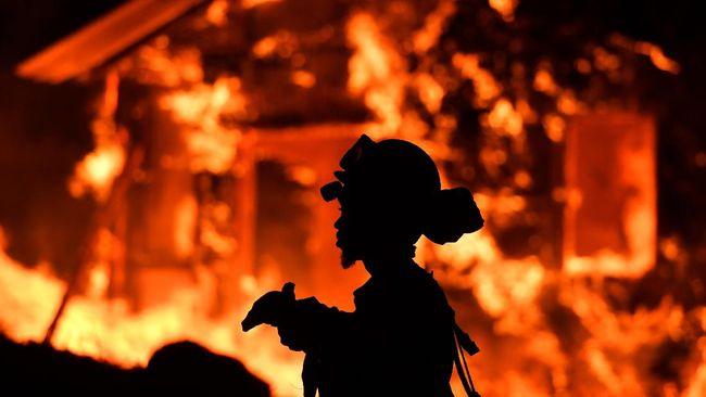 Setidaknya sepuluh nyawa melayang dan 20 ribu orang dievakuasi akibat kebakaran hutan di 14 titik di California, Amerika Serikat, Senin (9/10).