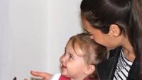 <p>Dari foto ini, kelihatan banget gimana sayangnya Gadot ke si kecil Alma. (Foto: Youtube/ Easy Tech)</p>