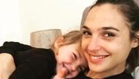 <p>Lihat senyum Gadot dan si kecil Maya bikin adem ya, Bun. (Foto: Youtube/ Kool TV)</p>