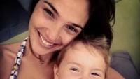 <p>Meski tanpa make-up berarti, foto Gadot sama Maya tetap kelihatan kece lho. (Foto: Youtube/ Kool TV) </p>