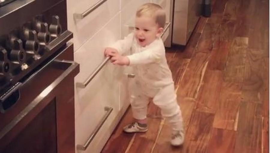 Gemas! Ekspresi Kesal Bayi 9 Bulan Saat Tak Bisa Buka Laci Dapur