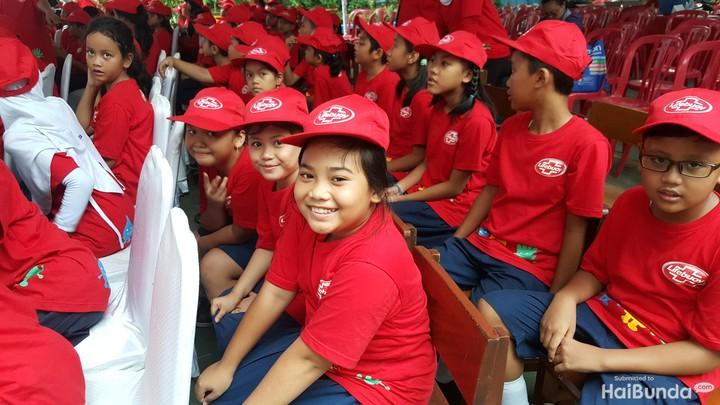 15 Oktober adalah peringatan Hari Cuci Tangan Pakai Sabun. Anak-anak SD juga memperingatinya lho. Seru deh.