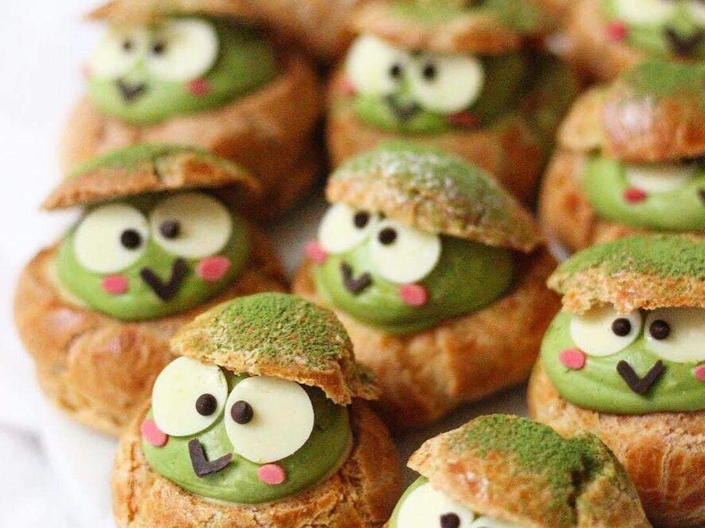 Remaja ini juga membuat kue puff dengan isian cream yang dibentuk keropi berwarna hijau. Foto: Instagram sweet_essence