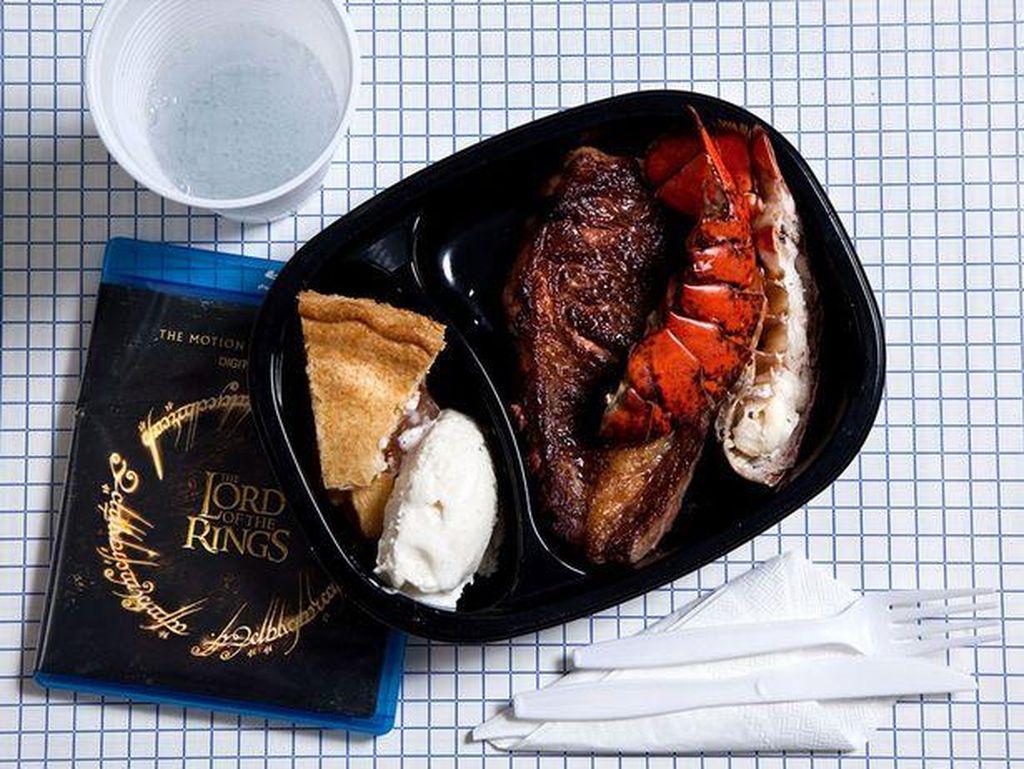Pilihan narapidana Ronnie Lee Gardner terbilang unik. Ia memilih lobster tail dengan steak. Sementara untuk dessertnya ada apple pie dan es krim vanilla. Foto: Mirror