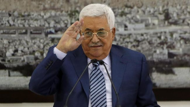 Palestinian Authority President Mahmud Abbas (C) speaks during a meeting of the Palestinian leadership in the West Bank city of Ramallah on September 25, 2017 Palestinian prime minister Rami Hamdallah will travel to Gaza on October 2 as part of a fresh push to end a decade-long split between Fatah and Hamas, which runs the enclave, his government said. / AFP PHOTO / ABBAS MOMANI