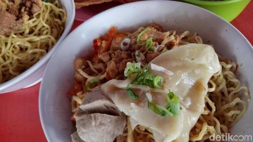 Mie Uleg Rio: Pedas Mantap! Mie Ayam Komplet dengan Paduan Cabai Ulek