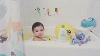 <p>Bagaimana pun bentuk kamar mandinya, yang penting si kecil nyaman ya, Bun. (Foto: Instagram/alessandra__olivia)</p>