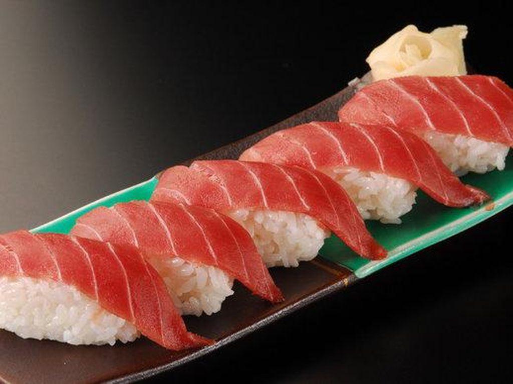 Pacific bluefin tuna (maguro) berada di posisi 2. Ini juga jadi ikan paling disukai responden pria dalam survei.