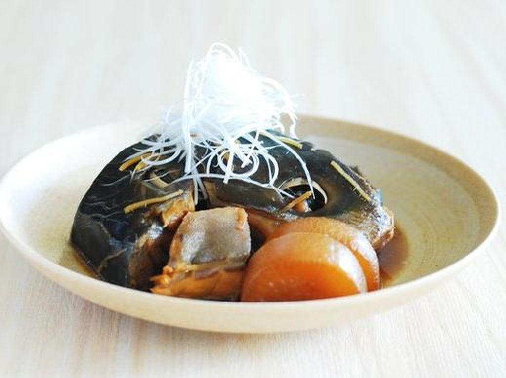 Japanese yellowtail (buri) biasa diolah sushi atau sashimi. Ikan juga enak dimasak slow-stewed pada musim dingin bersama soy sauce, mirin, dan gula. Tidak cuma ikan, olahan ini memakai sayuran seperti lobak daikon.