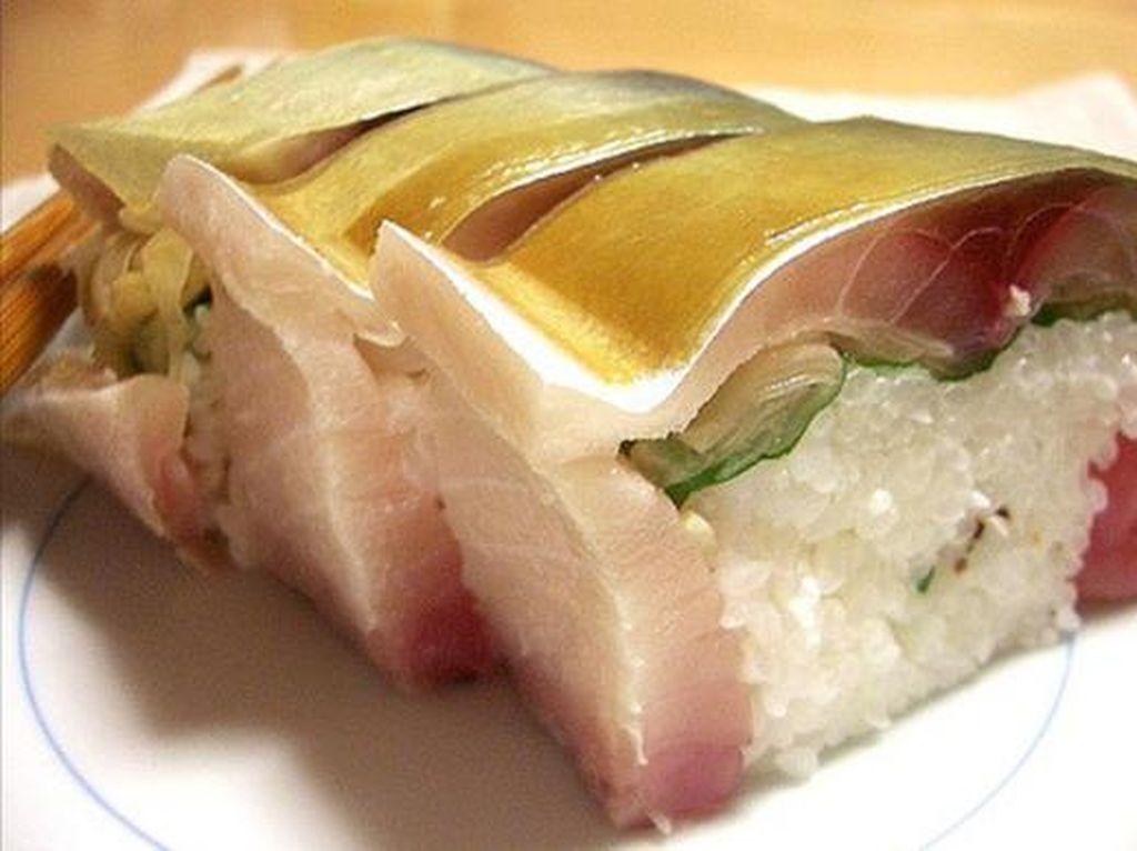 Mackerel (saba) juga termasuk ikan favorit. Salah satu cara terbaik makan mackerel adalah pada battera. Ini merupakan menu andalan Osaka dimana mackerel seperti diacar dalam cuka. Kemudian didampingi nasi bercuka dan konbu.
