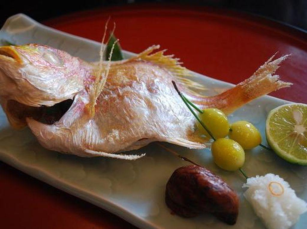 Sea bream (tai) dikaitkan dengan keberuntungan dan perayaan. Sehingga banyak disajikan pada pesta pernikahan atau acara lainnya. Ikan enak dijadikan sashimi dan grill.