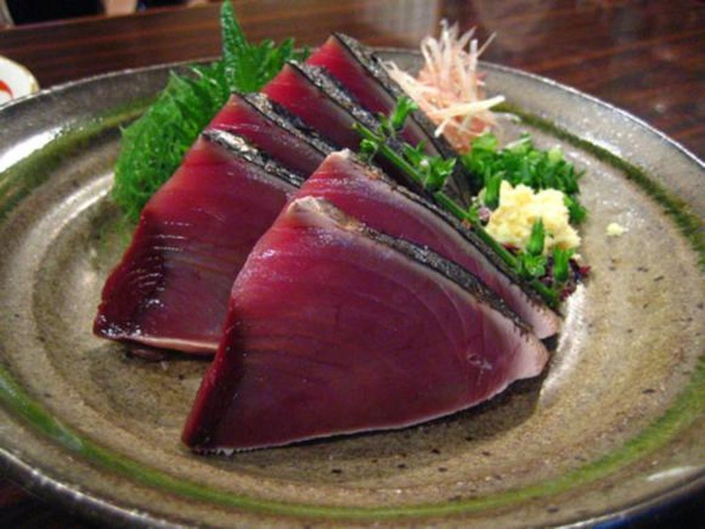 Bonito (katsuo) banyak dipakai dalam takoyaki atau okonomiyaki dalam bentuk serpihan (katsuoboshi). Tapi ada juga katsuo tataki dimana bagian luar ikan dipanggang atau digoreng sebentar. Sementara bagian tengahnya masih mentah.