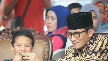 'Kemesraan' Wagub DKI Jakarta Sandiaga Uno Bersama sang Anak