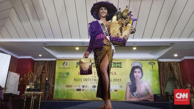 Dea Rizkita memakai kostum nasional 'candi' di Miss Grand International 2017 dan Kevin Liliana menjadi mbok jamu di Miss International 2017.