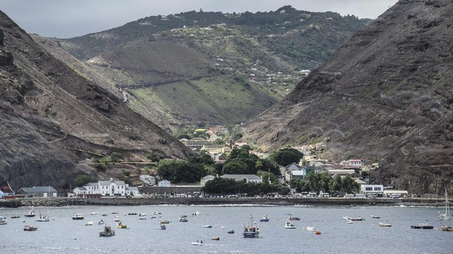 Bagaikan mimpi, akhirnya Pulau Saint Helena disinggahi oleh turis yang datang menggunakan pesawat terbang secara perdana pada Sabtu (14/10) kemarin.