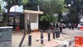 VIDEO: Tas Mencurigakan Berisi Baju di Depan Polda Metro Jaya