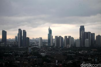 Awan Hitam Payungi Jakarta