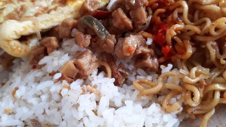Saat nggak sempat menyiapkan sarapan buat si kecil, nasi uduk pun jadi andalan ya, Bun.