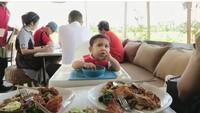 <p>Andien menerapkan baby lead weaning (BLW) dalam memberikan makan untuk Kawa. Andien berharap metode ini membuat Kawa lebih bereksplorasi, merasakan tekstur, dan berlatih koordinasi. (Foto: Instagram @andienaisyah)</p>