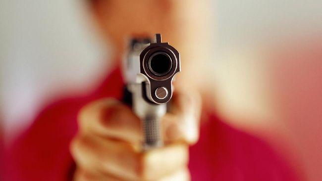 Direktur Reserse Kriminal Umum Polda Metro Jaya menyatakan dokter yang menembak mati istrinya memiliki senjata rakitan revolver.