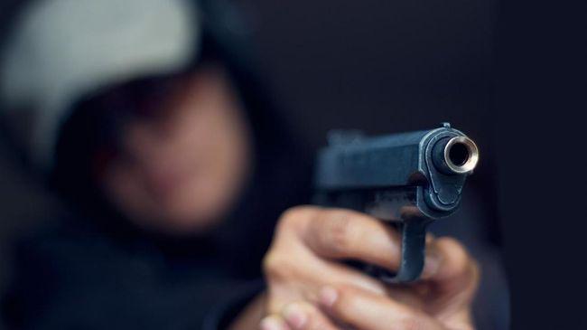H diduga menembak mati istrinya di klinik tempatnya bekerja karena digugat cerai. Polisi saat ini masih memeriksa H dan mengembangkan kasusnya.