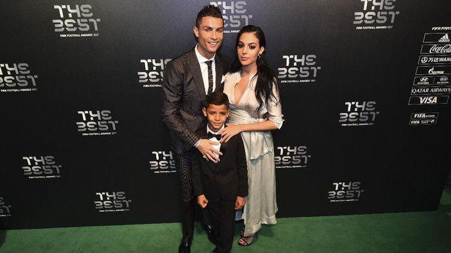 Cristiano Ronaldo dilarang sang kekasih, Georgina Rodriguez, untuk mengganti lampu bohlam sendiri di rumahnya.