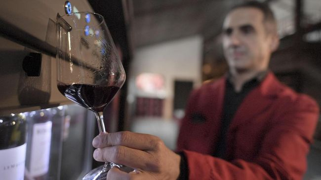 Duet peracik wine asal Kroasia bereksperimen dengan menyimpan wine di kedalaman 20 meter di bawah permukaan laut Teluk Mali Ston.