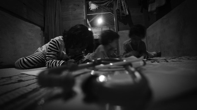 Setelah 72 tahun tak 'dijamah' PLN, warga Dusun Saruan, Desa Merbau, akhirnya menikmati aliran listrik dari Pembangkit Listrik Tenaga Mikro Hidro.