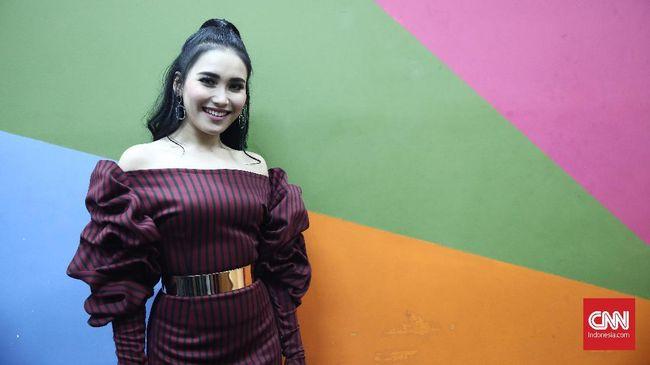 Andre Taulany dan Wendy Cagur akan kembali menghibur masyarakat Indonesia melalui program baru BTS: Bercanda Tapi Santai.