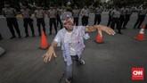 Demo disertai aksi teatrikal menggendong pocong di jalan raya, menggeliat dan meringkuk sebagai simbol matinya kesejahteraan buruh Pertamina.