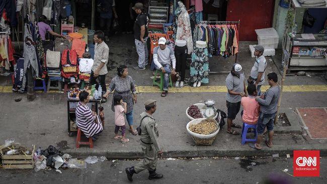 Seorang pedagang yang membuka lapak di Pasar Tanah Abang, di tengah wabah virus corona mengaku nekat berdagang untuk mendapat pemasukan menjelang lebaran.