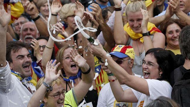 Kelompok demonstran pendukung kemerdekaan Catalonia terlibat bentrok dengan polisi Spanyol di Barcelona usai sidang vonis 12 tokoh separatis.