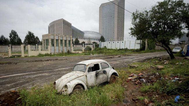 Seorang jurnalis Belanda dalam karya tulisnya mengemukakan tokoh latar belakang desain Volkswagen Beetle.