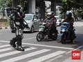 FOTO: Saat 'Robot' Berkeliling Mencari Uang