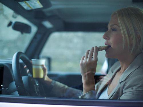 Ini Alasan Mengapa Dilarang Makan Saat di Perjalanan