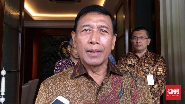 Menkopolhukam Wiranto hanya tersenyum ketika mengetahui Kivlan Zen menggugat dirinya ke pengadilan terkait pembentukan Pam Swakarsa 1998.