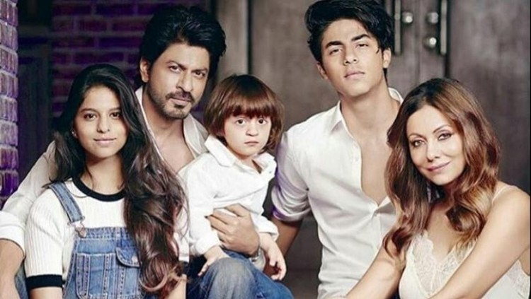 Sebagai ayah, Shah Rukh Khan mengaku pernah bingung mengajak ngobrol ketiga anaknya yang punya sifat berbeda.