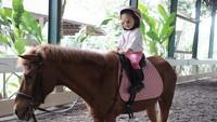<p>Gimana? Nggemesin banget kan gaya Alia waktu berkuda. (Foto: Instagram/ @thaliaputrionsu) </p>