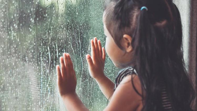 Belakangan hujan sering melanda Jakarta. Dalam situasi seperti ini, yuk kenali penyakit yang rentan menyerang anak.