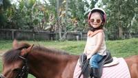 <p>Happy-nya Thalia waktu menunggang kuda. (Foto: Instagram/ @ruben_onsu) </p>