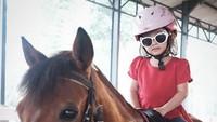 <p>Lihat deh, kece banget gaya Thalia waktu berkuda. (Foto: Instagram/ @ruben_onsu) </p>