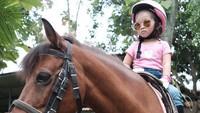 <p>Serius banget nih penunggang kuda cilik yang satu ini. Hi-hi-hi. (Foto: Instagram/ @thaliaputrionsu)</p>