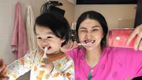 <p>Waktunya gosok gigi. Thalia berpiyama, Bunda Sarwendah berdaster. (Foto: Instagram/ @thaliaputrionsu) </p>