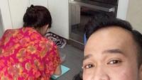 <p>Kalau lagi masak, dasteran memang bikin bunda 'pewe' deh. (Foto: Instagram/ @ruben_onsu)</p>
